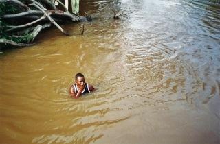 baigneur dans la rivière Kadey