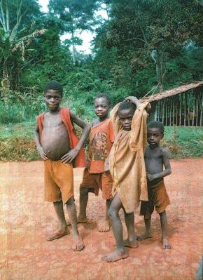 enfants Bakas sur la piste