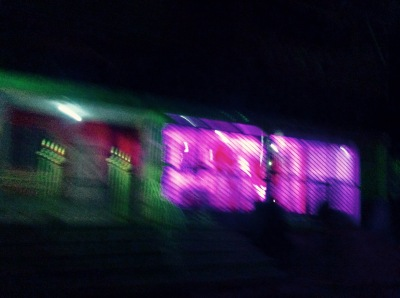 façades avec néons la nuit
